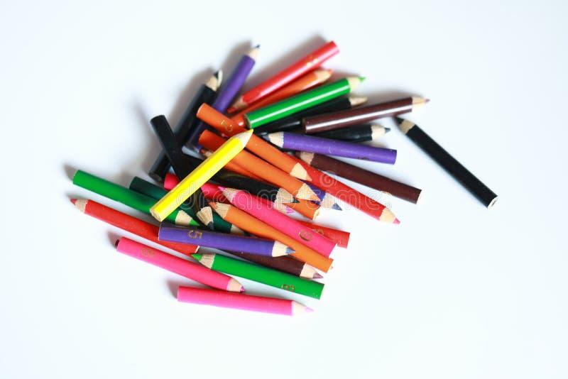 Der Schulbedarf, der gefärbt wird, zeichnet im Fall an, der zerstreut wird, lokalisiert lizenzfreie stockfotografie