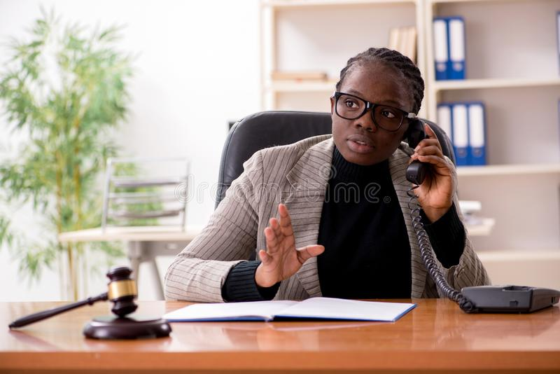 Der schwarze weibliche Rechtsanwalt im Gericht lizenzfreie stockfotografie
