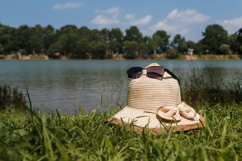 Der See an einem sonnigen Tag lizenzfreie stockfotografie