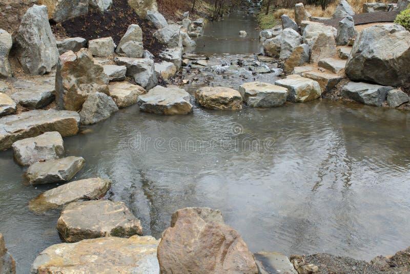 Der See im Garten ist tief und darf schwimmen stockfotografie