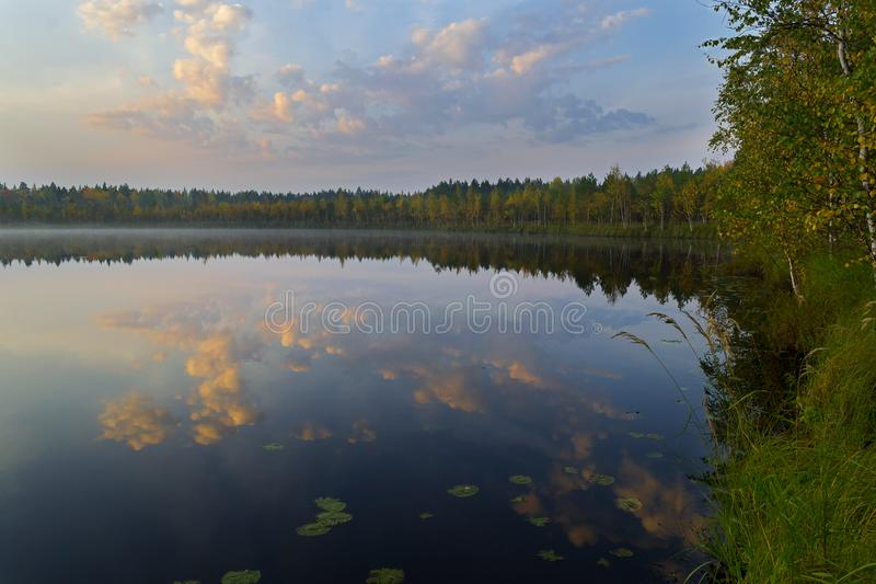 Der See mit blauem Himmel und Wolken reflektierte sich im Wasser am Sommertag stockfotos