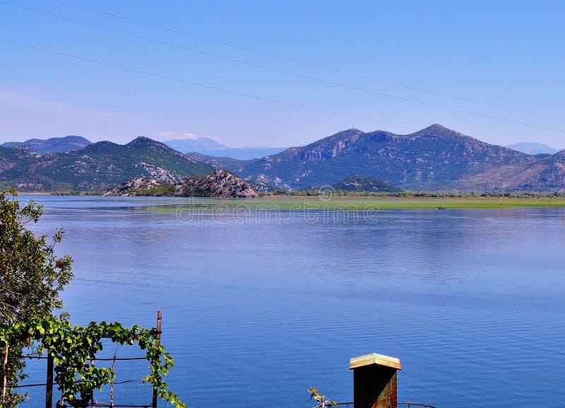 Der See Skadar und die Berge lizenzfreie stockfotos