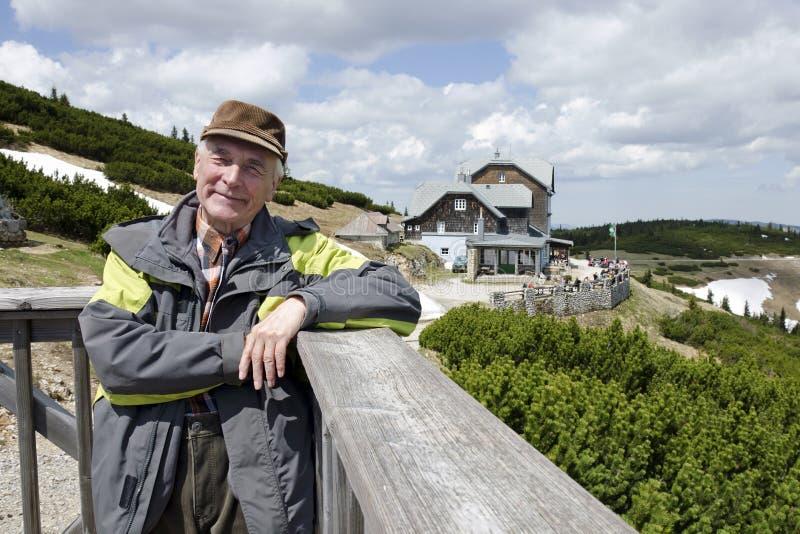 Der Senior durch Berghütte Ottohaus, Alpen lizenzfreie stockfotografie
