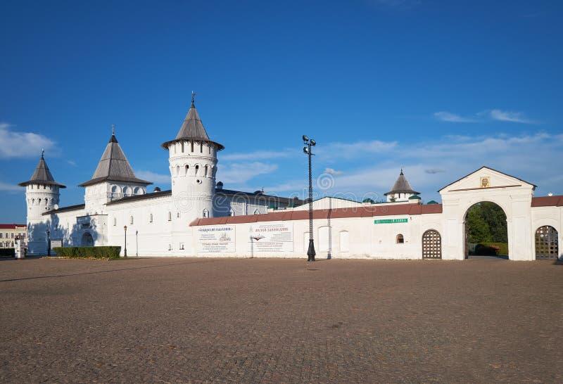 Der setzende Hof und das westliche heilige Tor des Tobolsk der Kreml Tobolsk Tyumen Oblast Russland lizenzfreies stockfoto