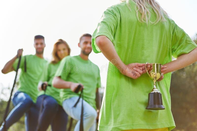 Der Sieger ` s Cup wartet auf das erfolgreiche Team lizenzfreie stockbilder