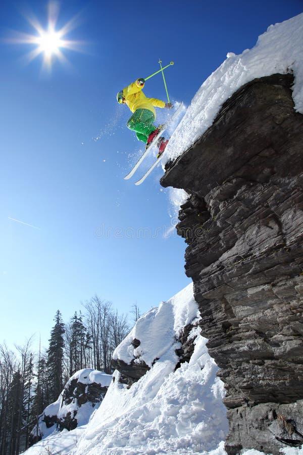 Der Skifahrer springend gegen blauen Himmel stockfoto