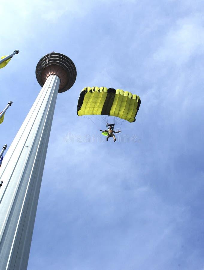 Der Skydiver springend vom Kiloliter-Kontrollturm stockfoto