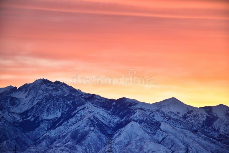Der Sonnenaufgang des Winters panoramisch, Ansicht des Schnees bedeckte Wasatch Front Rocky Mountains, Great- Salt Laketal und Cl stockfotos