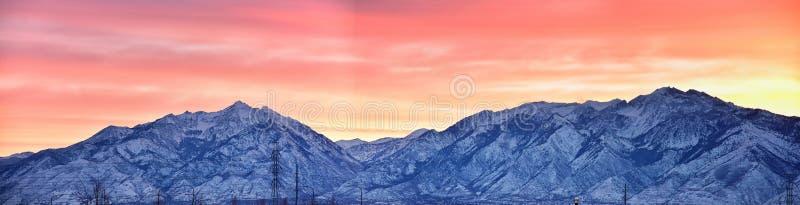 Der Sonnenaufgang des Winters panoramisch, Ansicht des Schnees bedeckte Wasatch Front Rocky Mountains, Great- Salt Laketal und Cl stockbilder