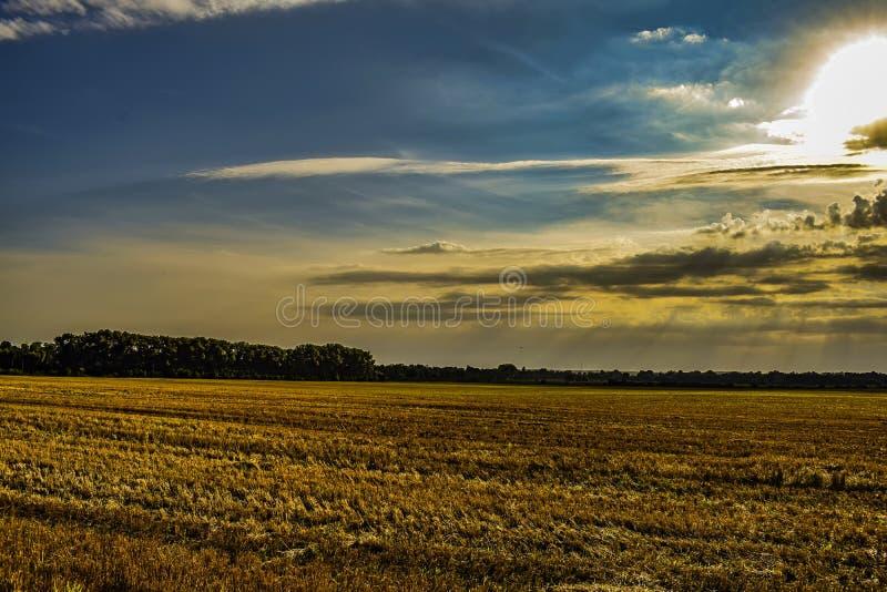 Der Sonnenglanz hinter den Wolken lizenzfreies stockbild
