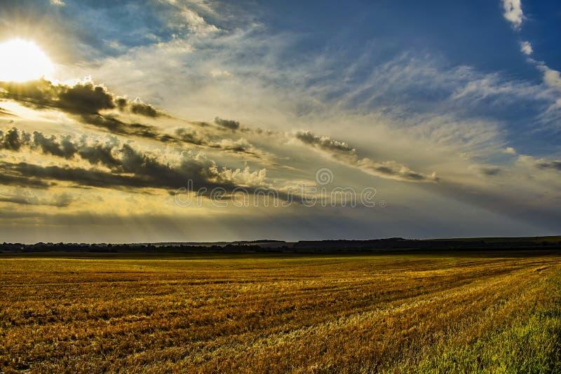 Der Sonnenglanz hinter den Wolken lizenzfreie stockfotos