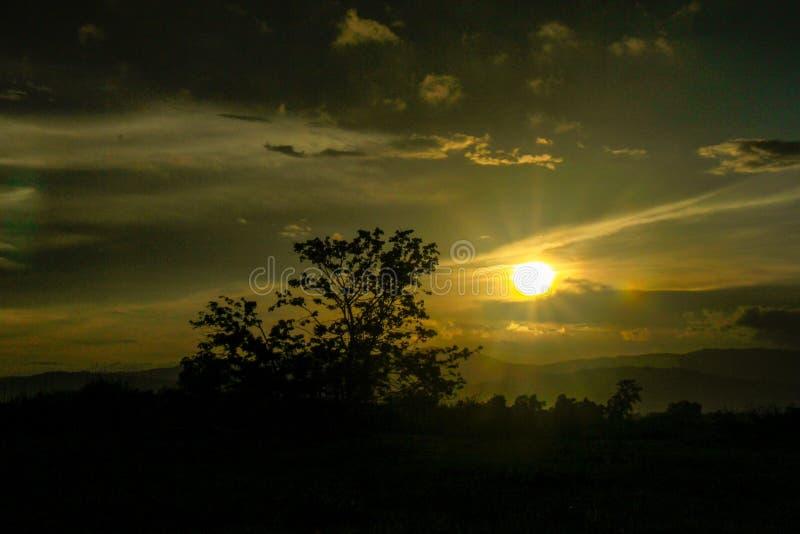 Der Sonnenschein, der am Berg glänzt stockfoto