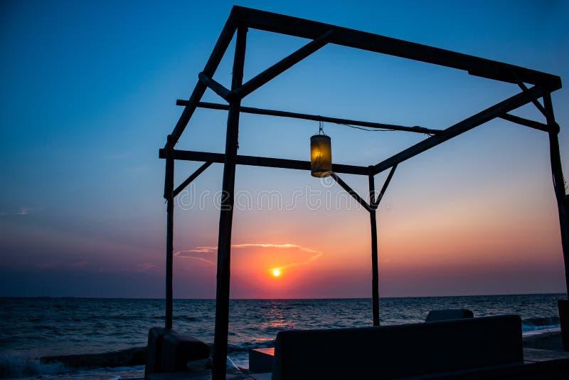 Der Sonnenuntergang an Bangsaen-Strand lizenzfreies stockfoto