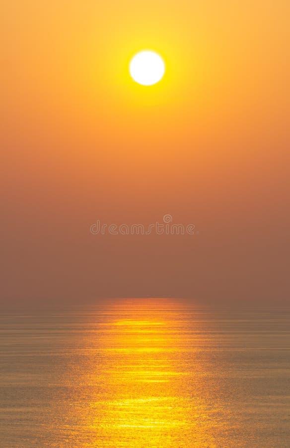 Der Sonnenuntergang, die Oberfläche reflektiert das Sonnenlicht im Gold Klarer Himmel, orange ohne Wolken stockfotografie