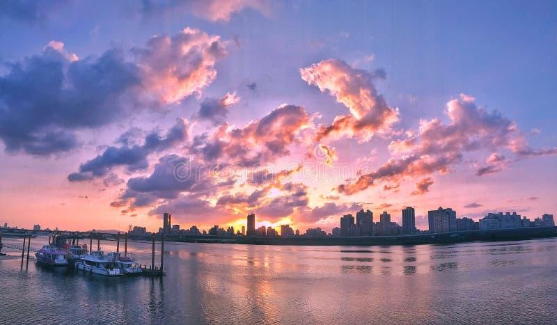 Der Sonnenuntergang von Dadaocheng-Pier in Taipeh-Stadt, Taiwan Mit schönen Wolken, Gebäuden, Meerblick und Yachten stockbilder