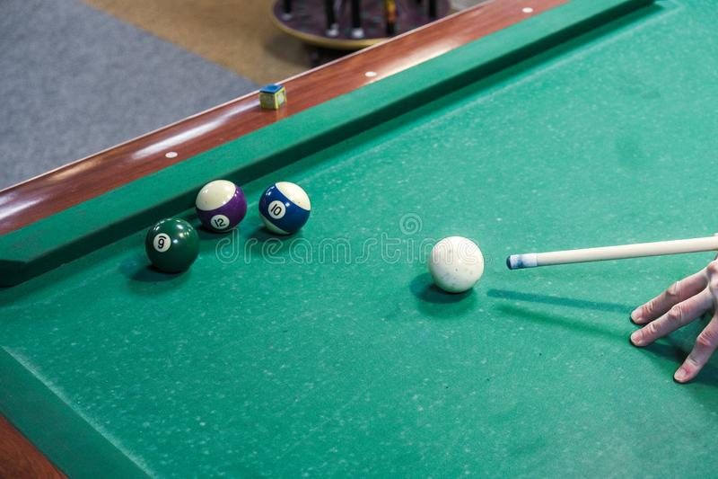Der Spieler zielt auf den Ball im Billard lizenzfreie stockfotos