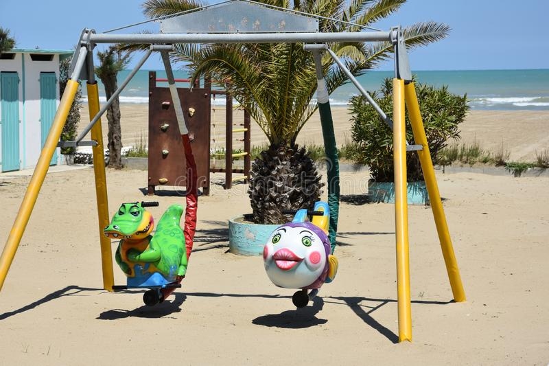 Der Spielplatz der Kinder am Strand in Giulianova lizenzfreies stockbild