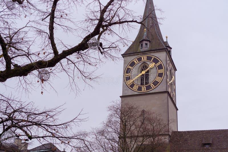 Der St- PeterKirchturm mit der großen Uhr von Zürich stockbilder