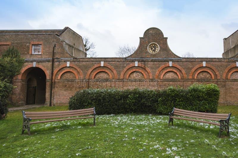 Der stabile Block und die Bänke in Cranford stellen gleich Das kompletteste Teil der restlichen Gebäude Cranford-Hauses lizenzfreie stockbilder
