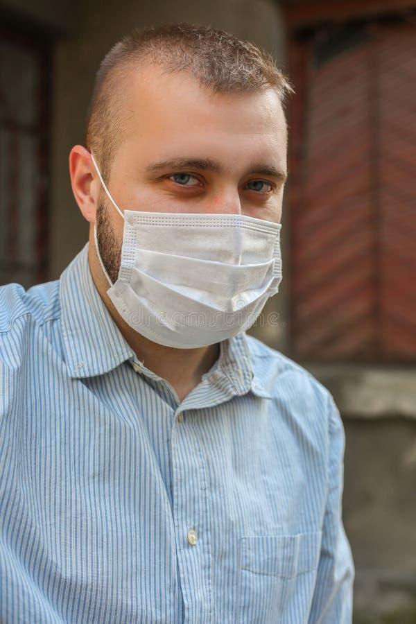 Der in der Stadt spazierende Mann mit Schutzmaske stockfoto