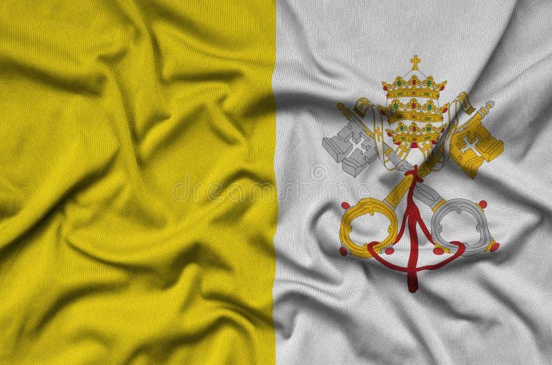 Der Stadtstaat- Vatikanflagge wird auf einem Sportstoffgewebe mit vielen Falten dargestellt Sportteamfahne stockfoto