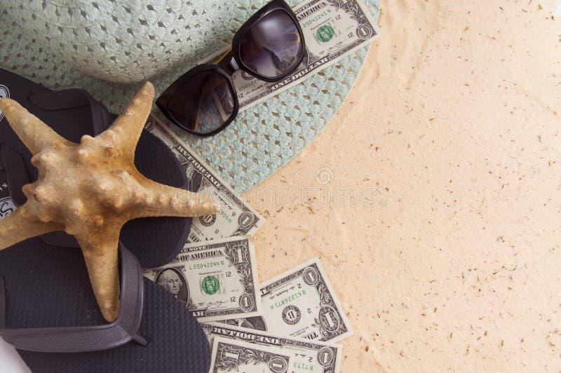 der Starfish liegt auf den touristischen Zusätzen auf dem goldenen Sand lizenzfreie stockfotos