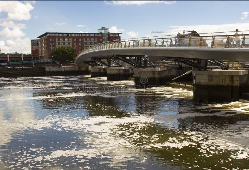 Der Steg über dem Fluss Lagan im Hafenzustand in Belfast Nordirland stockbild