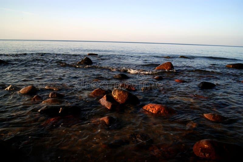 Download Der Stein auf dem Strand stockbild. Bild von meer, grau - 90234763