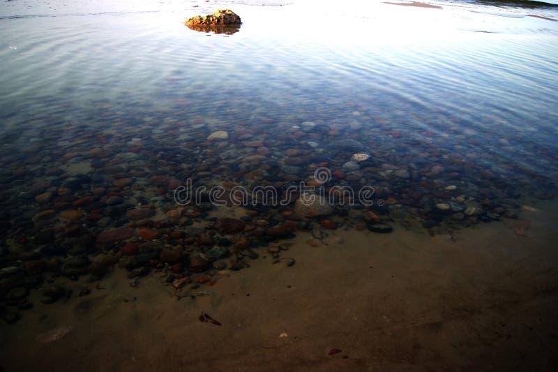 Download Der Stein auf dem Strand stockbild. Bild von blau, groß - 90235371