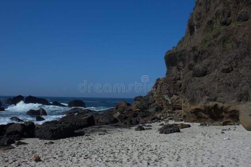 Der Stein auf dem Ufer stockbild