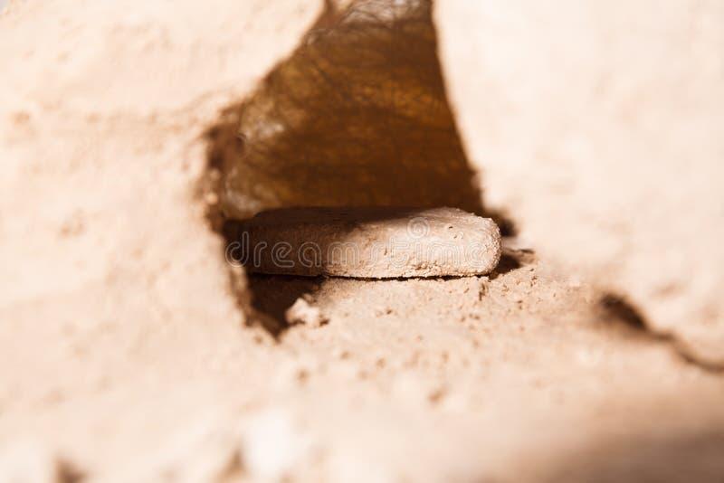 Der Stein wird weg von dem Grab gerollt stockfoto