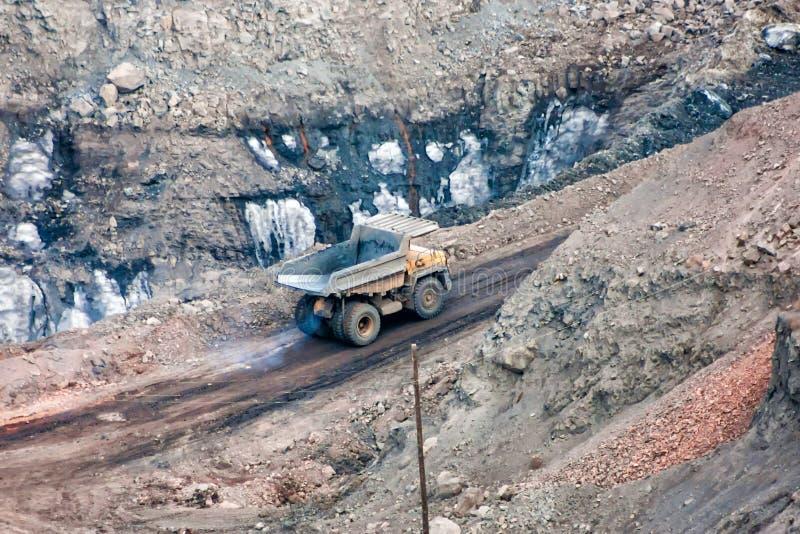 Der Steinbruchkipplaster im Bergwerk stockfotos