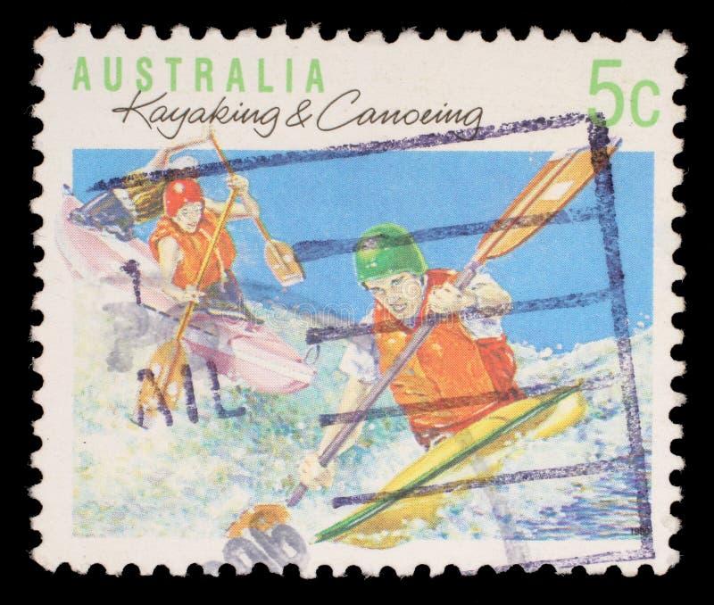 Der Stempel, der in Australien gedruckt wird, zeigt das Kayak fahren und Canoeing lizenzfreies stockfoto