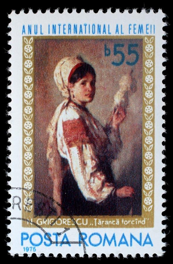 Der Stempel, der durch Rumänien gedruckt wird, Shows stellen ` Frau spinnendes ` durch Nicolae Grigoresky dar stockfotos