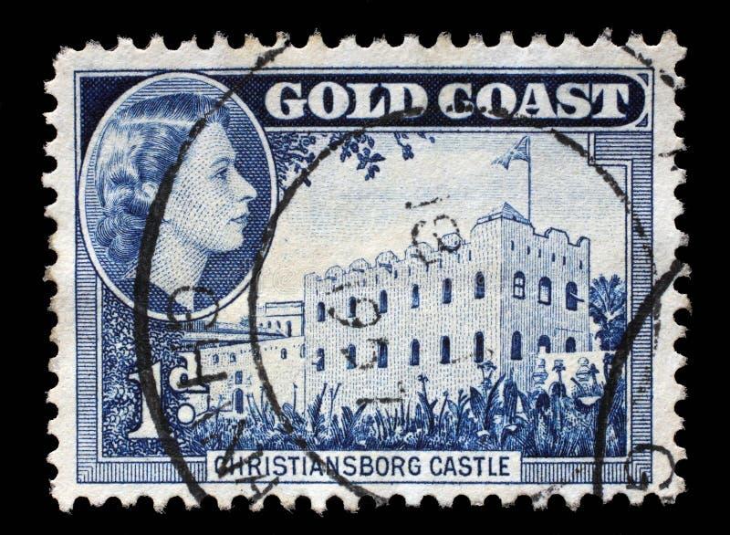 Der Stempel, der in Ghana gedruckt wird, zeigt Christiansborg-Schloss und Königin Elizabeth II lizenzfreies stockbild