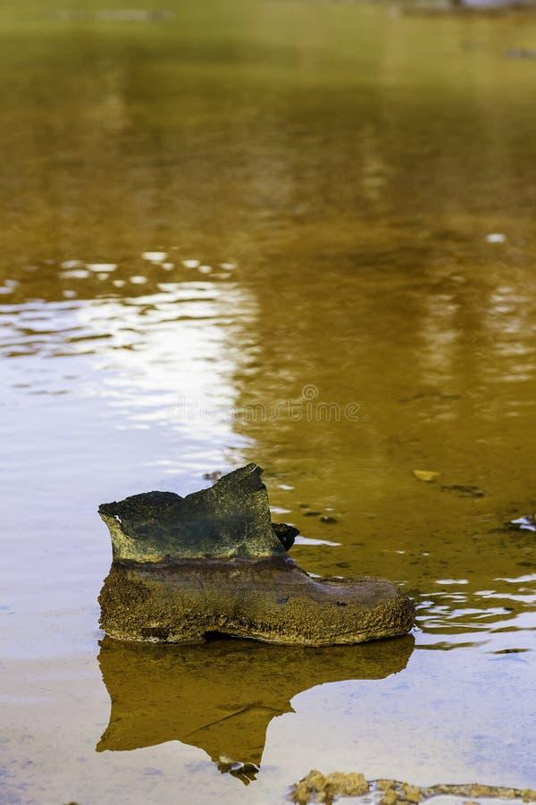 Der Stiefel des Bergmannes mit Rostpatinarot stockbild