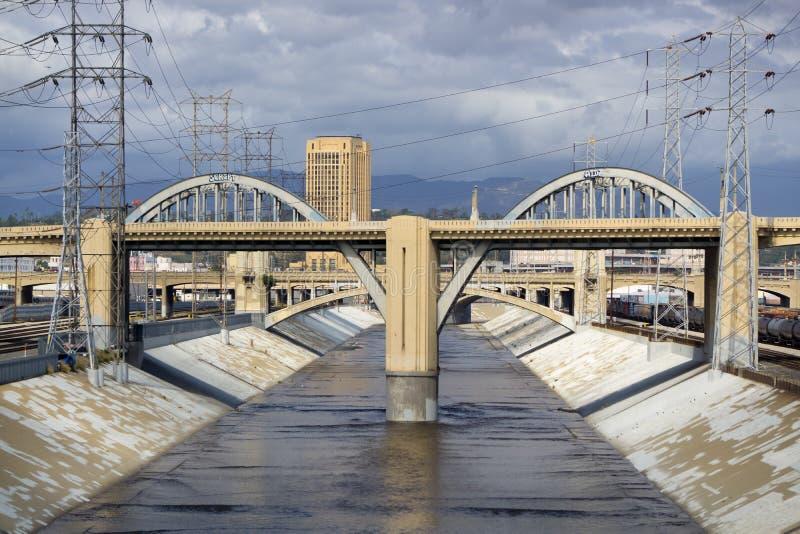 Der 6. Straßen-Viadukt und der Los Angeles-Fluss in Dowtown Los lizenzfreie stockfotografie