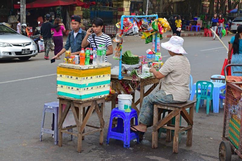 Der Straßenrand-Verkäufer, der Getränk, Paketsnäcke und frischen Betel verkauft, verlässt in Rangun, Myanmar lizenzfreie stockfotografie