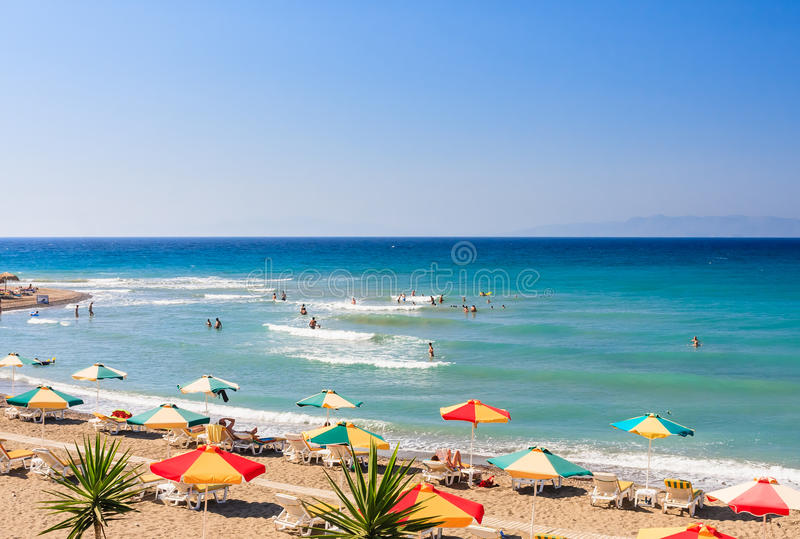 Der Strand auf dem Ägäischen Meer Griechenland an einem sonnigen Tag lizenzfreie stockfotos
