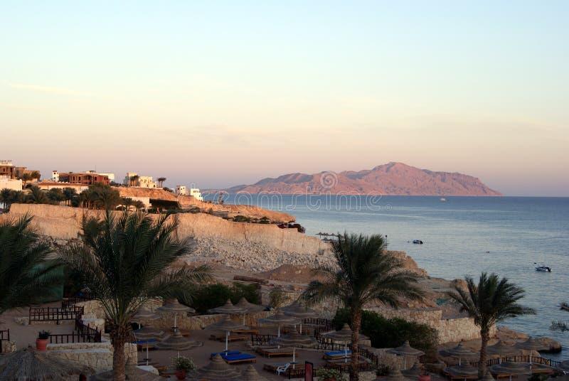 Der Strand auf Hintergrund von Bergen und von Meer Egypt lizenzfreie stockfotos