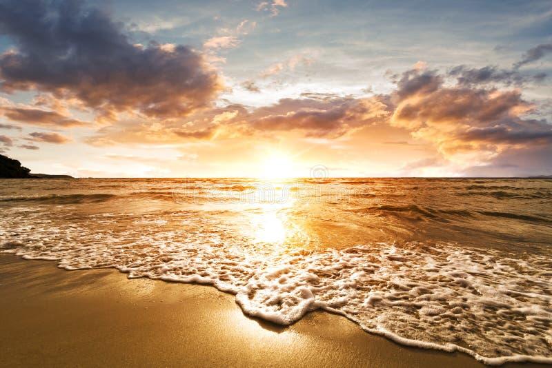 Der Strand mit Sonnenuntergang und Wolke in glückliche Stunden lizenzfreies stockbild