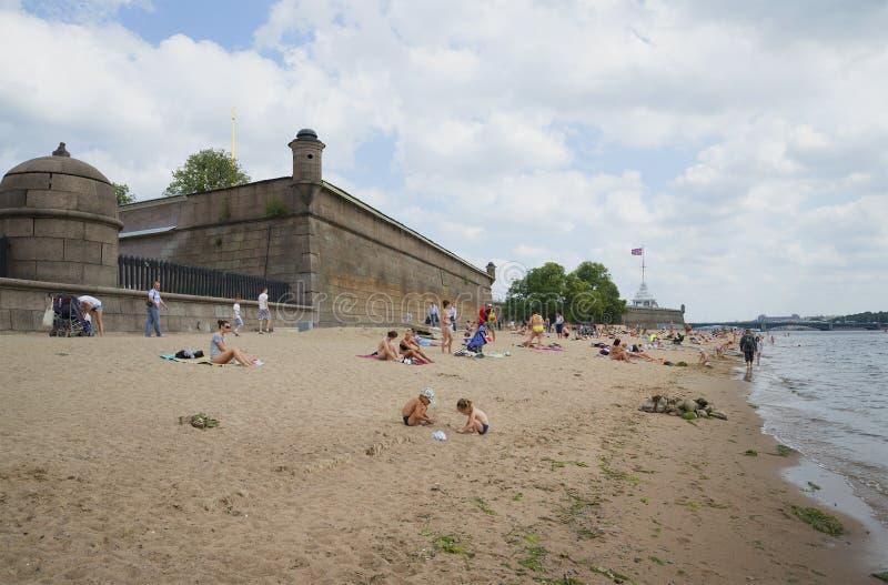 Der Strand nahe dem bewölkten Tag Peter und Paul Fortresss St Petersburg stockbild