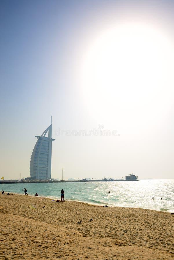 Der Strand nahe dem ersten Luxushotel Burj Al Arab den mit sieben Sternen der Welt lizenzfreie stockfotografie