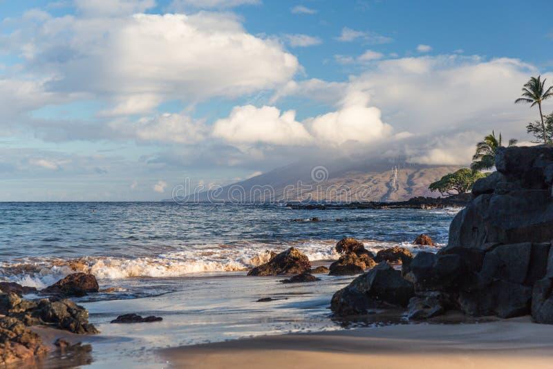 Der Strand und die Felsen in Maui Hawaii stockfotografie