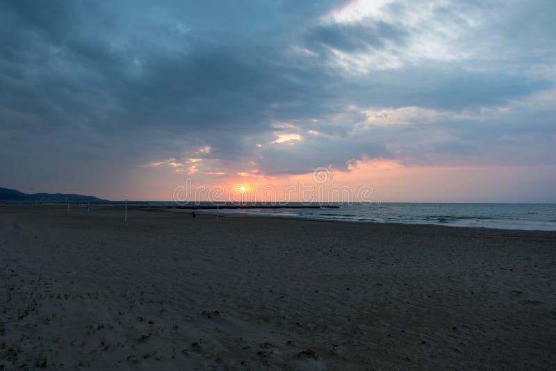 Der Strand von Benicasim in einem schönen Sonnenaufgang lizenzfreies stockfoto
