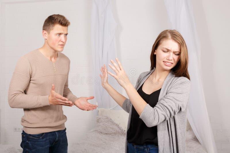 Der Streit eines Kerls und des Mädchens lizenzfreie stockfotos