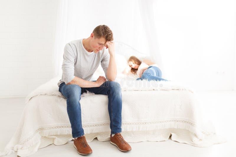 Der Streit eines Kerls und des Mädchens Ein junges Paar schwört Das Konzept von Streiten in den Familien stockfotografie