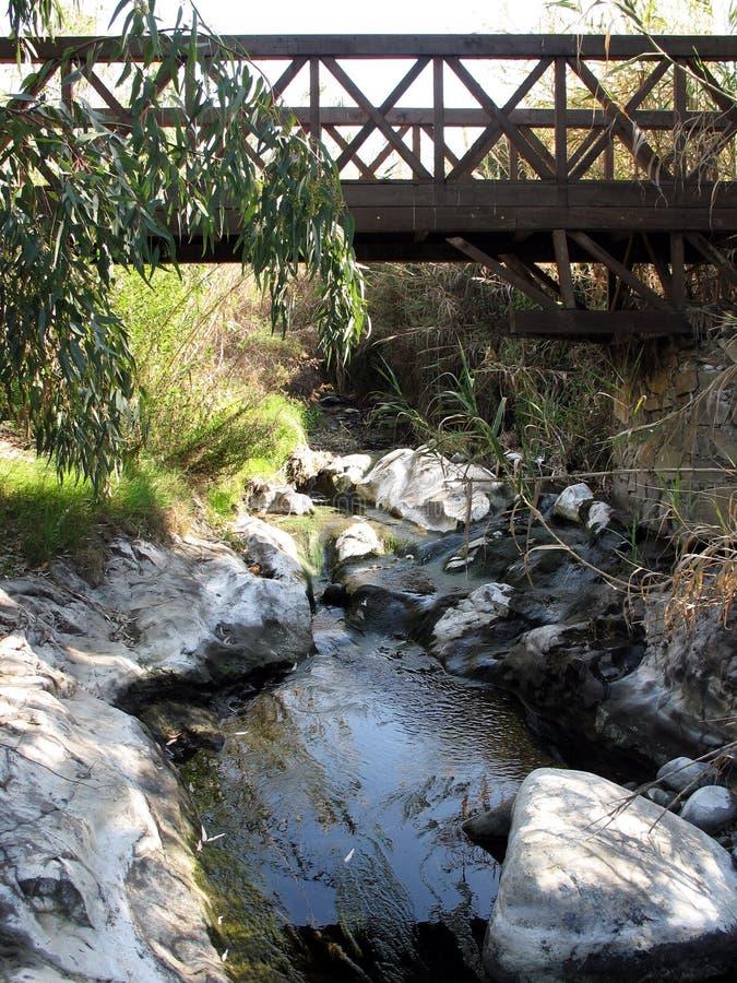 Der Strom und die Brücke stockbilder