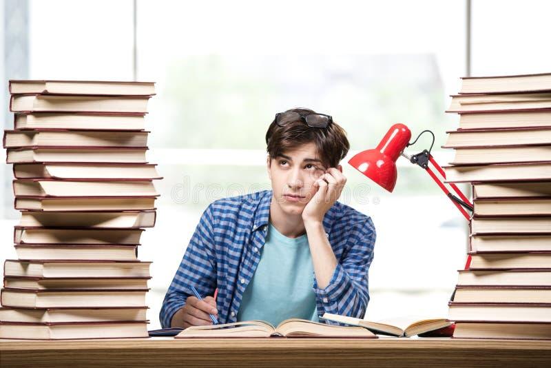 Der Student des jungen Mannes, der für Collegeprüfungen sich vorbereitet lizenzfreies stockfoto