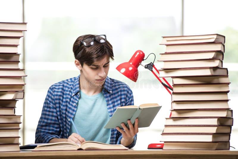 Der Student des jungen Mannes, der für Collegeprüfungen sich vorbereitet stockfotos